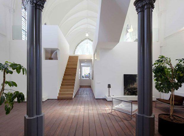 Eglise-convertie-en-maison-moderne-3